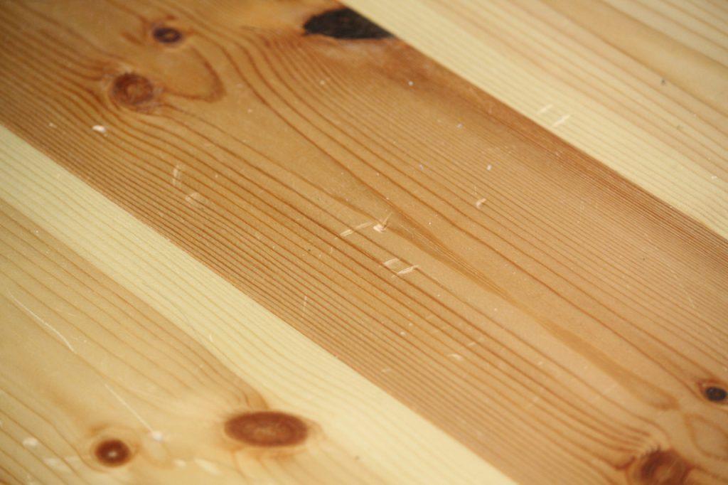 パイン材の床の傷 1