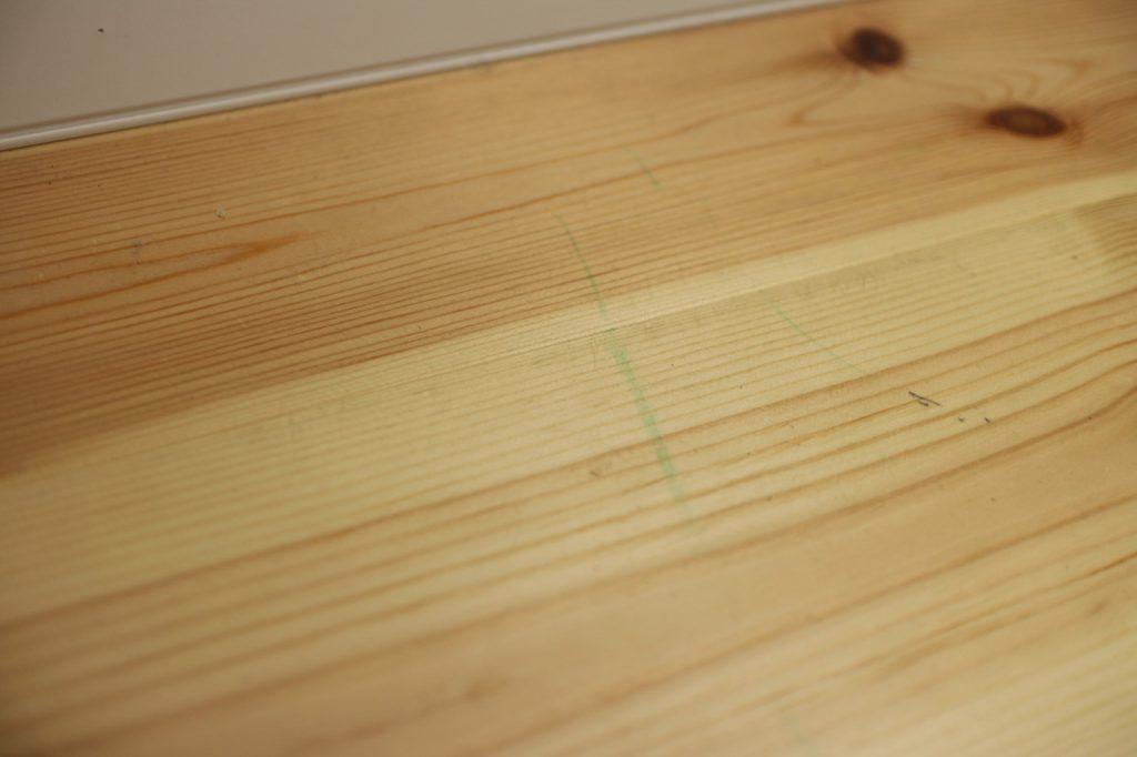 パイン材の床のクーピーの跡
