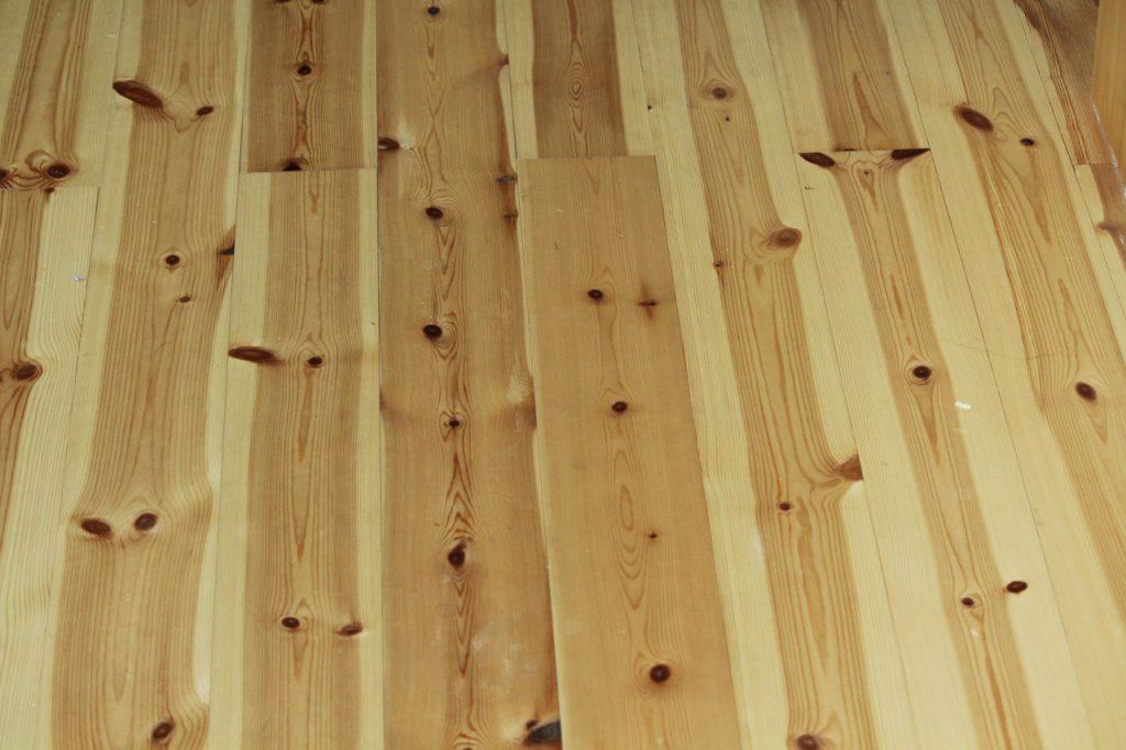 パイン材の床の節の模様