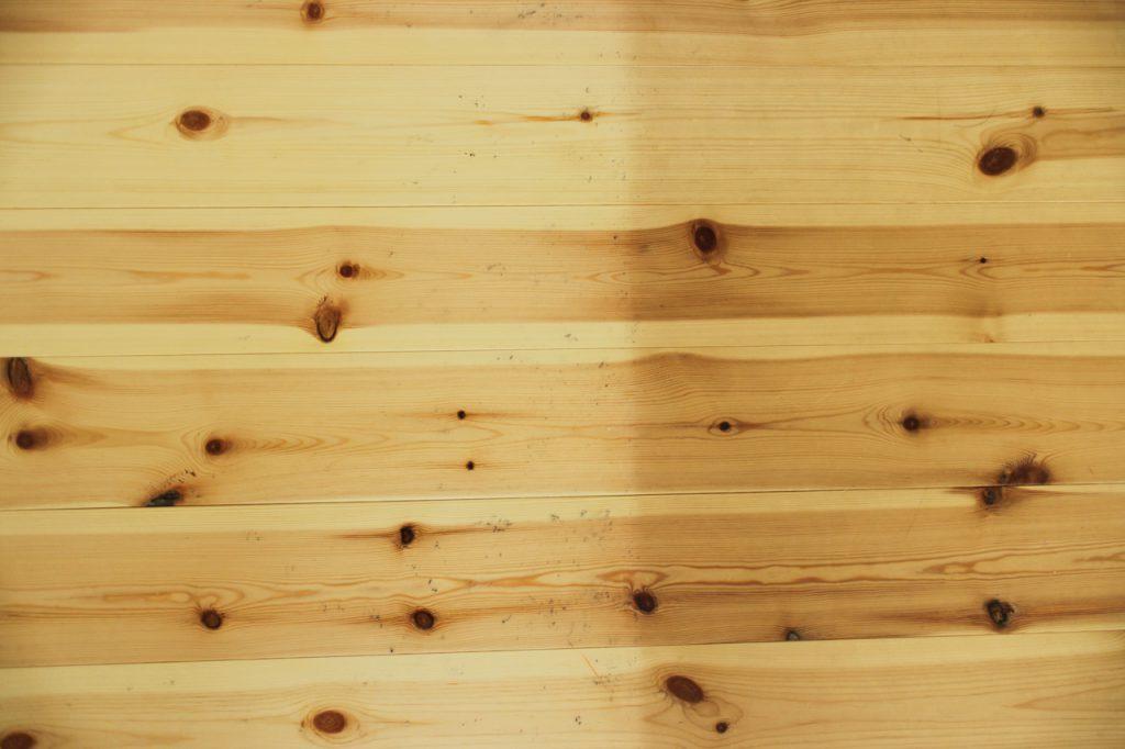 経年変化であめ色になっていくパイン材の床